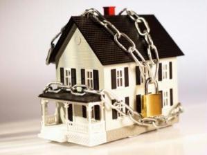 Lista com 20 dicas de segurança residencial para as férias.